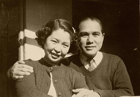 人譽と妻、菊。室生家の離れの濡れ縁にて。昭和二十五年撮影。